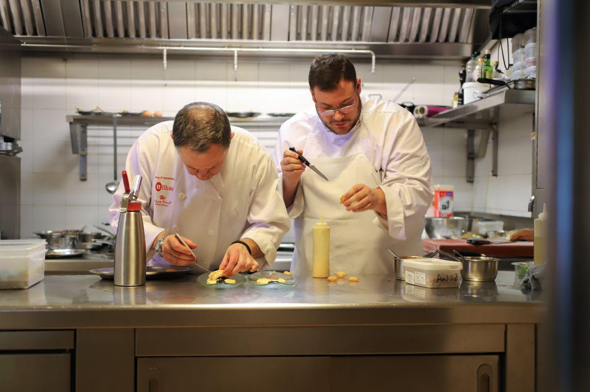 Josemi Olazabalaga, junto a un miembro de su equipo, en la cocina del 'Aizian'.