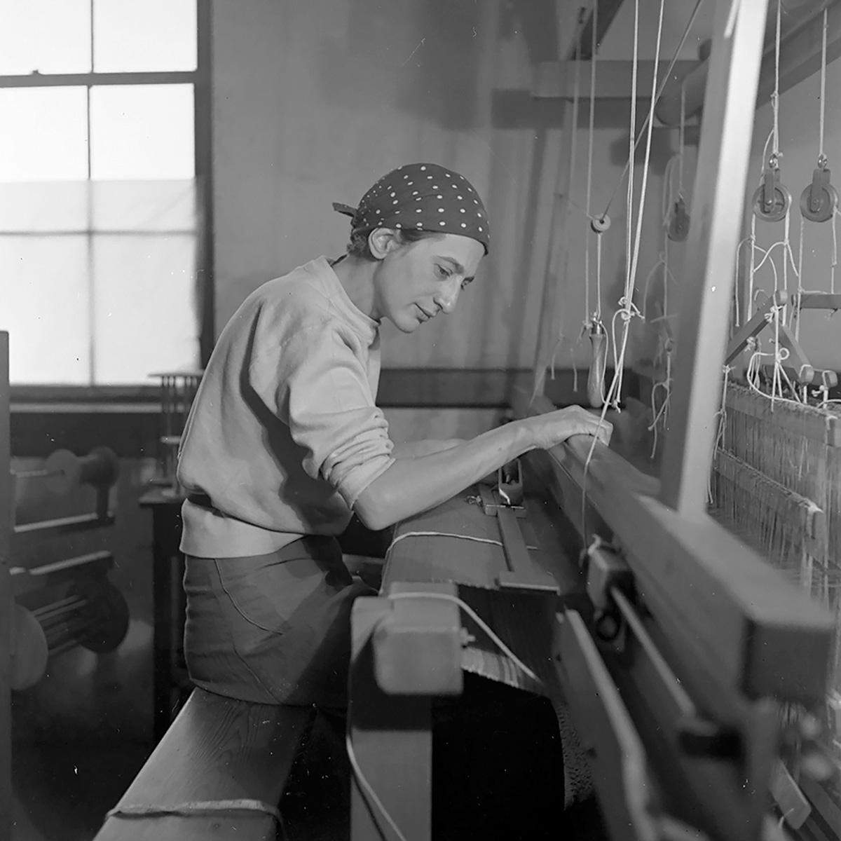 Anni Albers en su estudio del Black Mountain College, 1937. Fotografía: Helen M. Post (Cedida por el Museo)