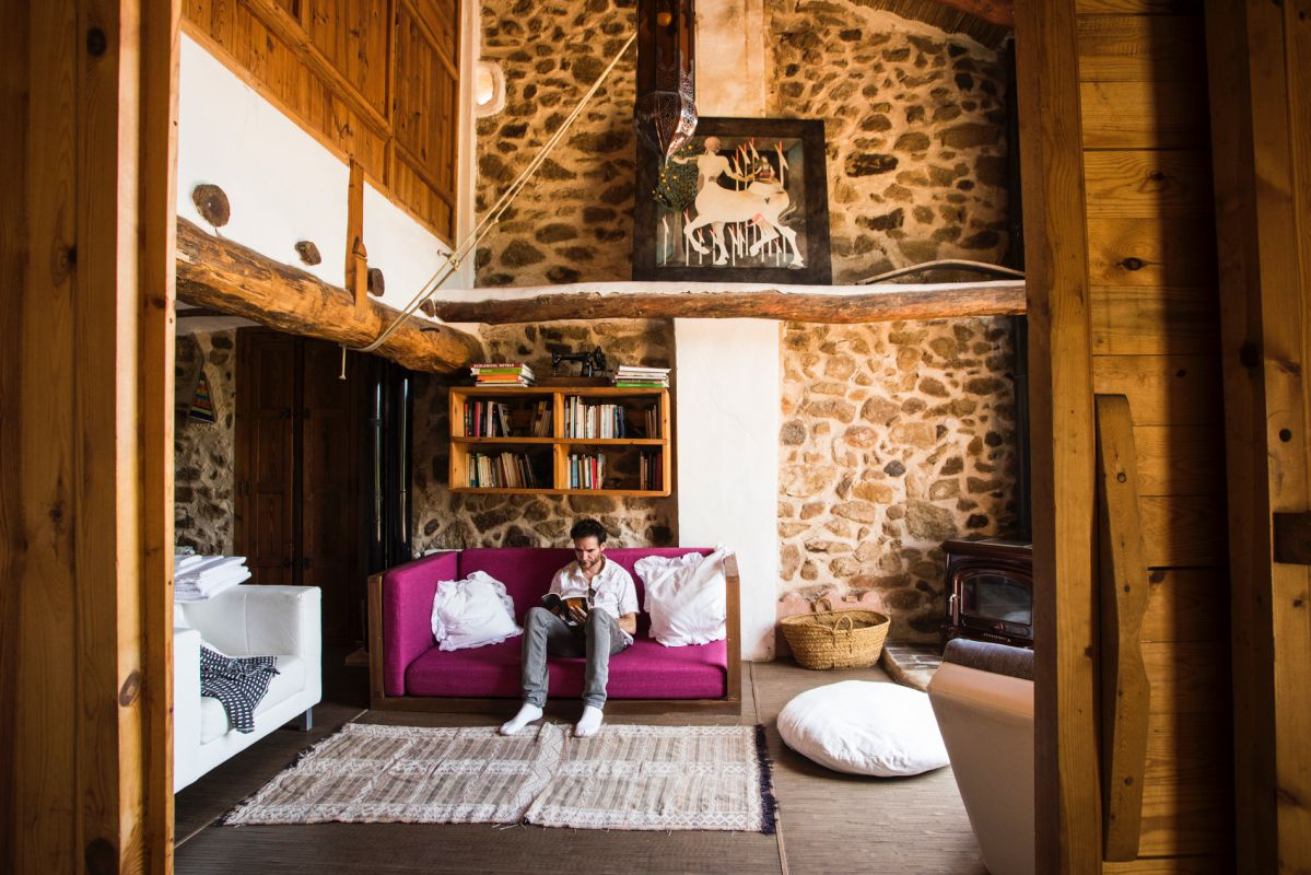 Interior de la habitación Oriental de la casa rural Mar de la Carrasca, en el parque natural de Peñagolosa, Castellón.