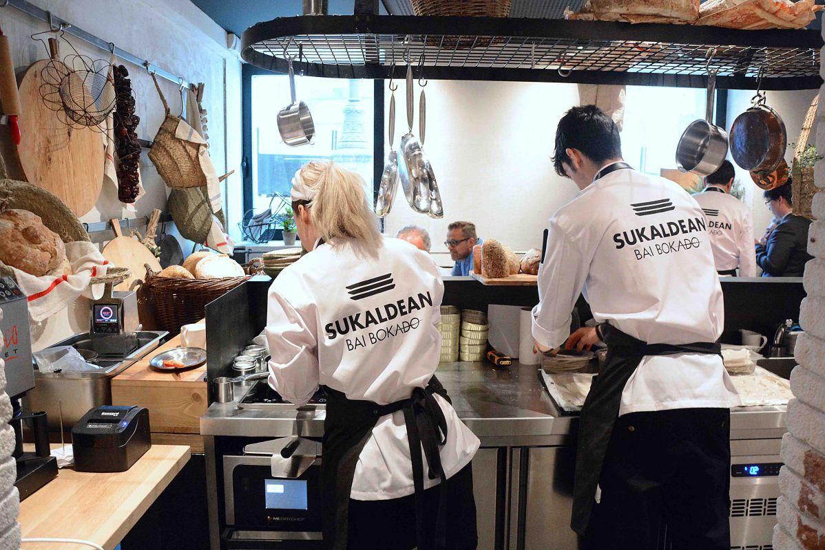 Vista desde la cocina del restauarante Sukaldean Bai Bokado, en Madrid. Foto: Sukaldean Bai Bokado.