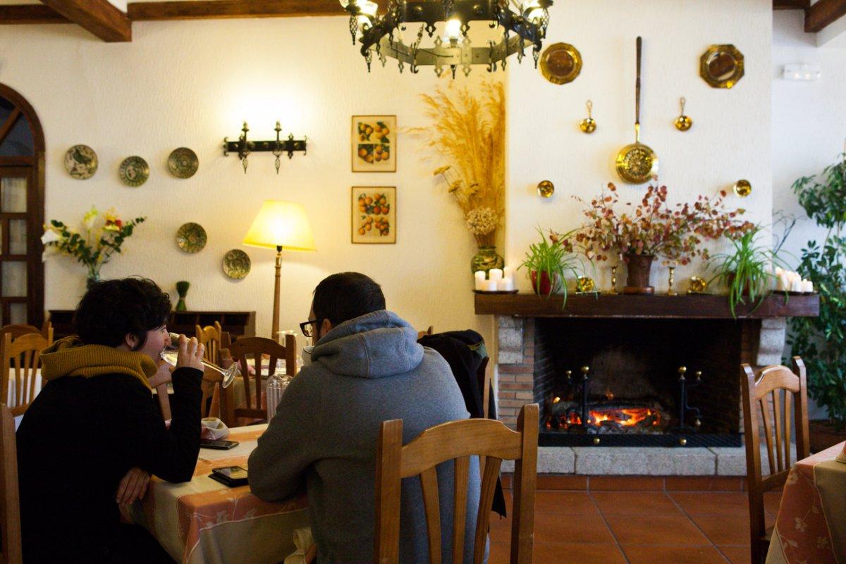 Un salón con una decoración serrana cuidada y muy luminoso.