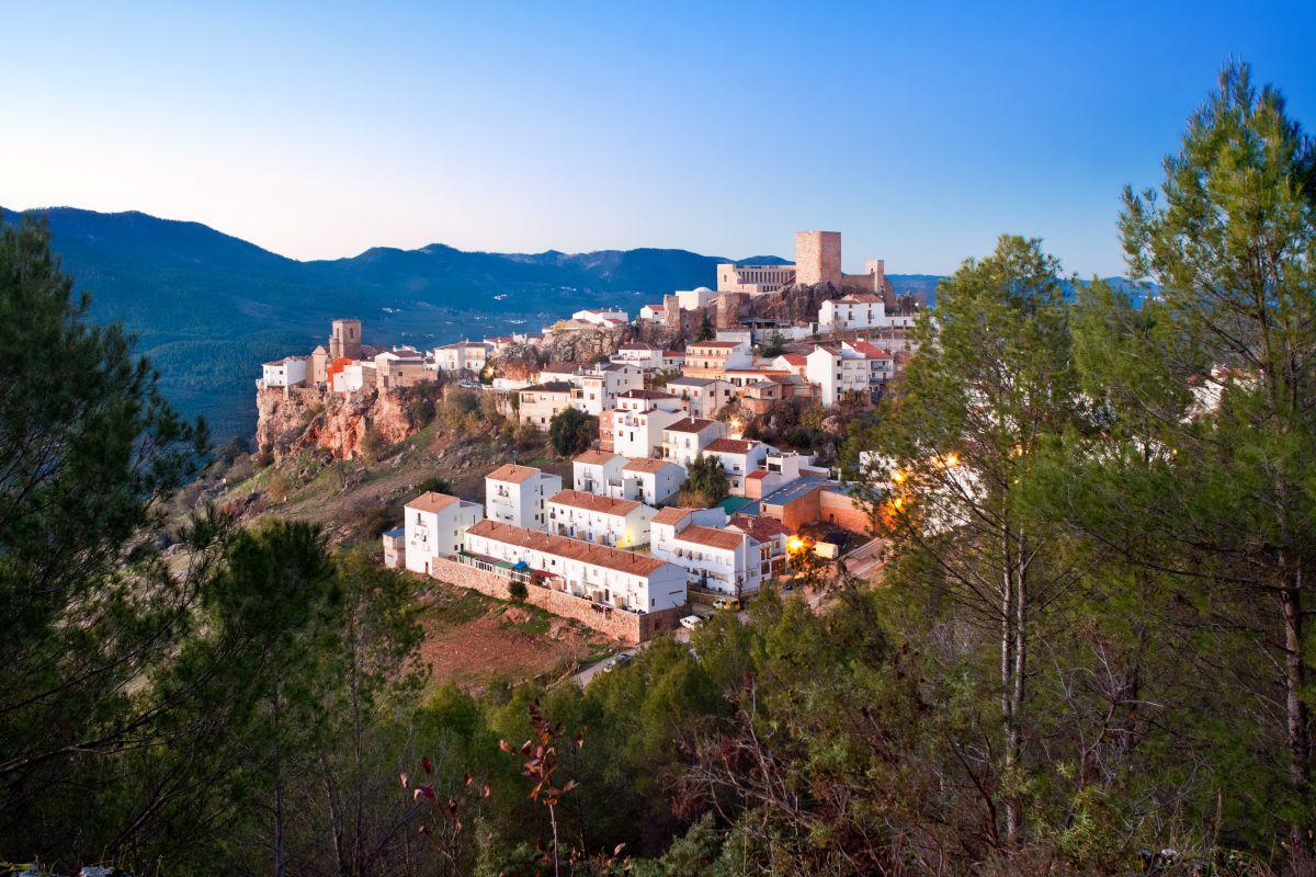 La localidad jienense de Hornos de Segura, un pueblo blanco anidado sobre una colina. Foto: Shutterstock.