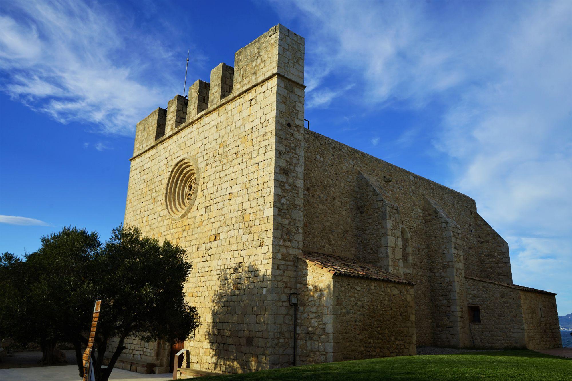En San Martín de Ampurias, la iglesia, el castillo, sus restaurantes, las vistas...: la parada perfecta.