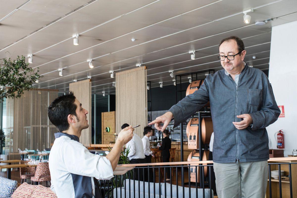 En el restaurante 'La Marítima', el chef Fernando Ferrero conversa con Manuel de Andrés sobre el arroz con acelgas.