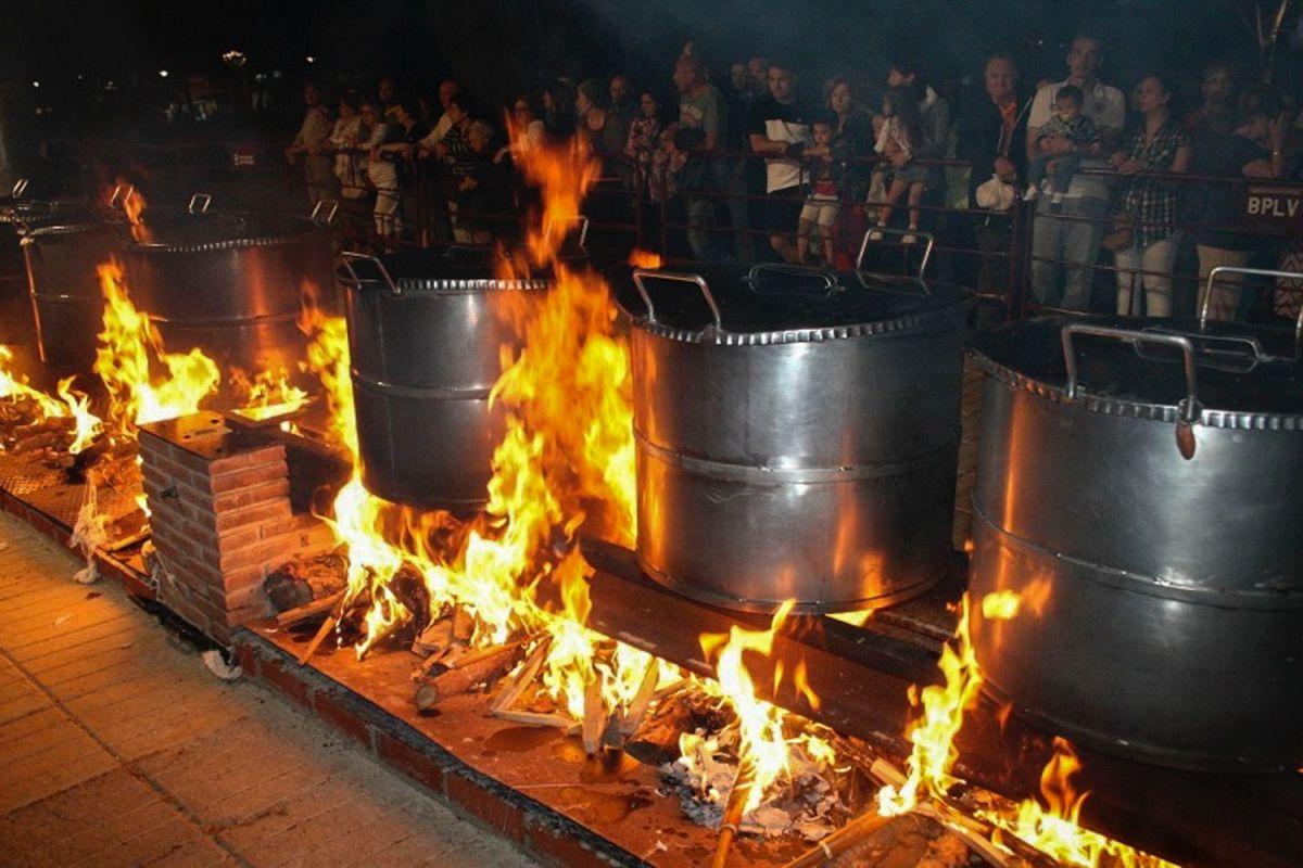 La gente de Puertollano asiste a ver las hogueras de los guisos de la festividad del Santo Voto.
