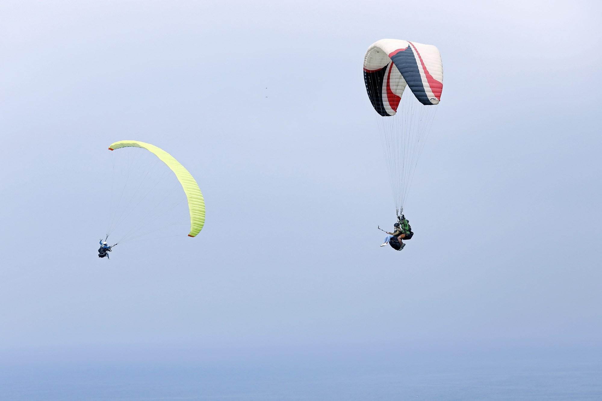 Los dos parapentes surcan el cielo al mismo tiempo.