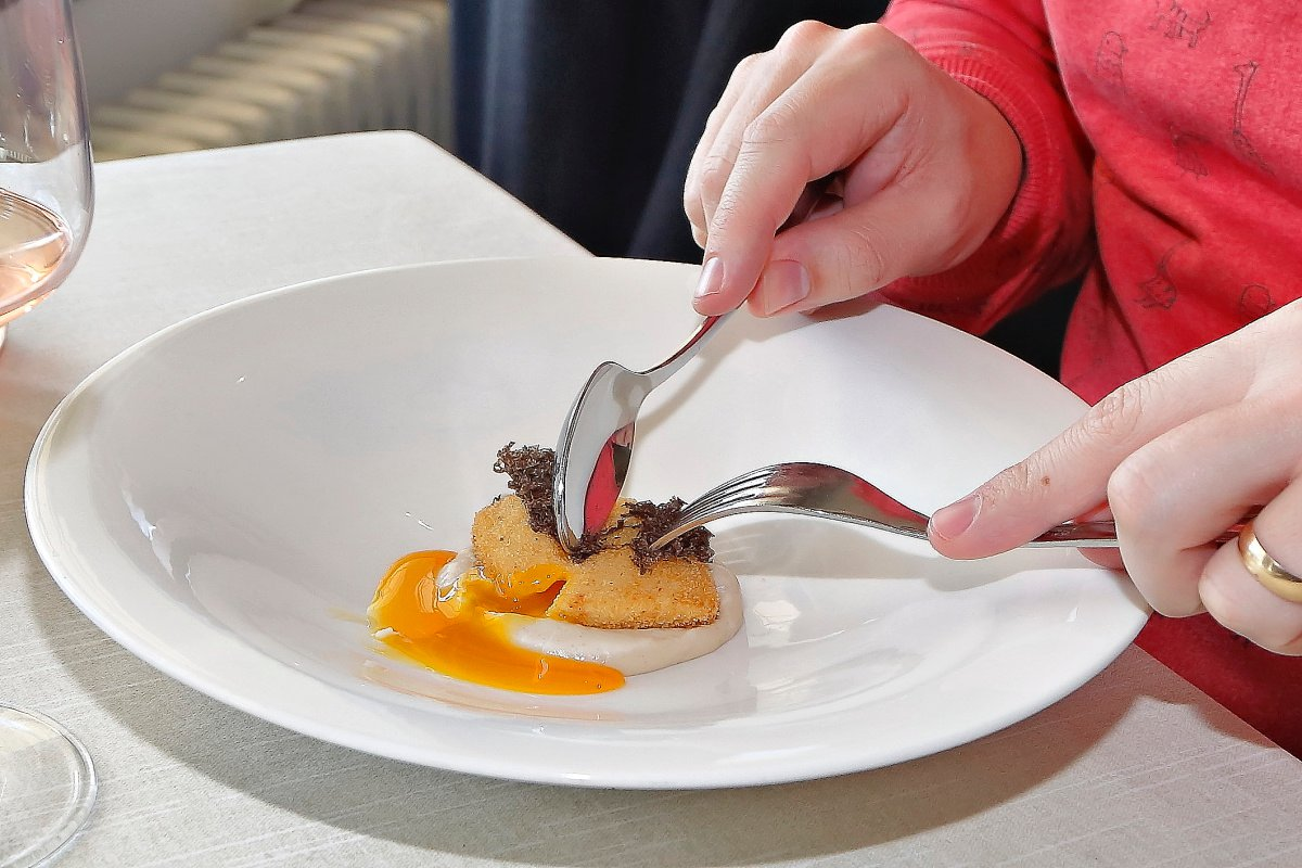 Al romper la croqueta, el intenso naranja de la yema pringa todo el plato.