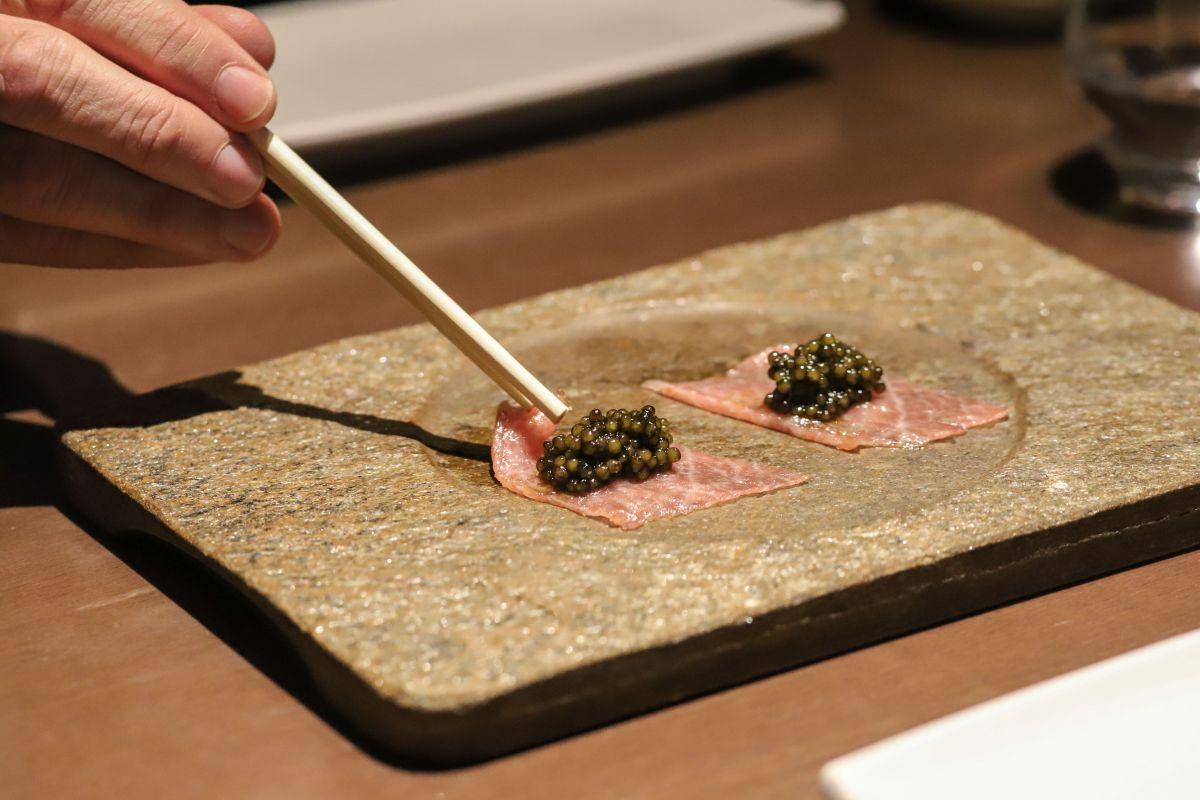 Cogiendo con palillos toro con caviar.