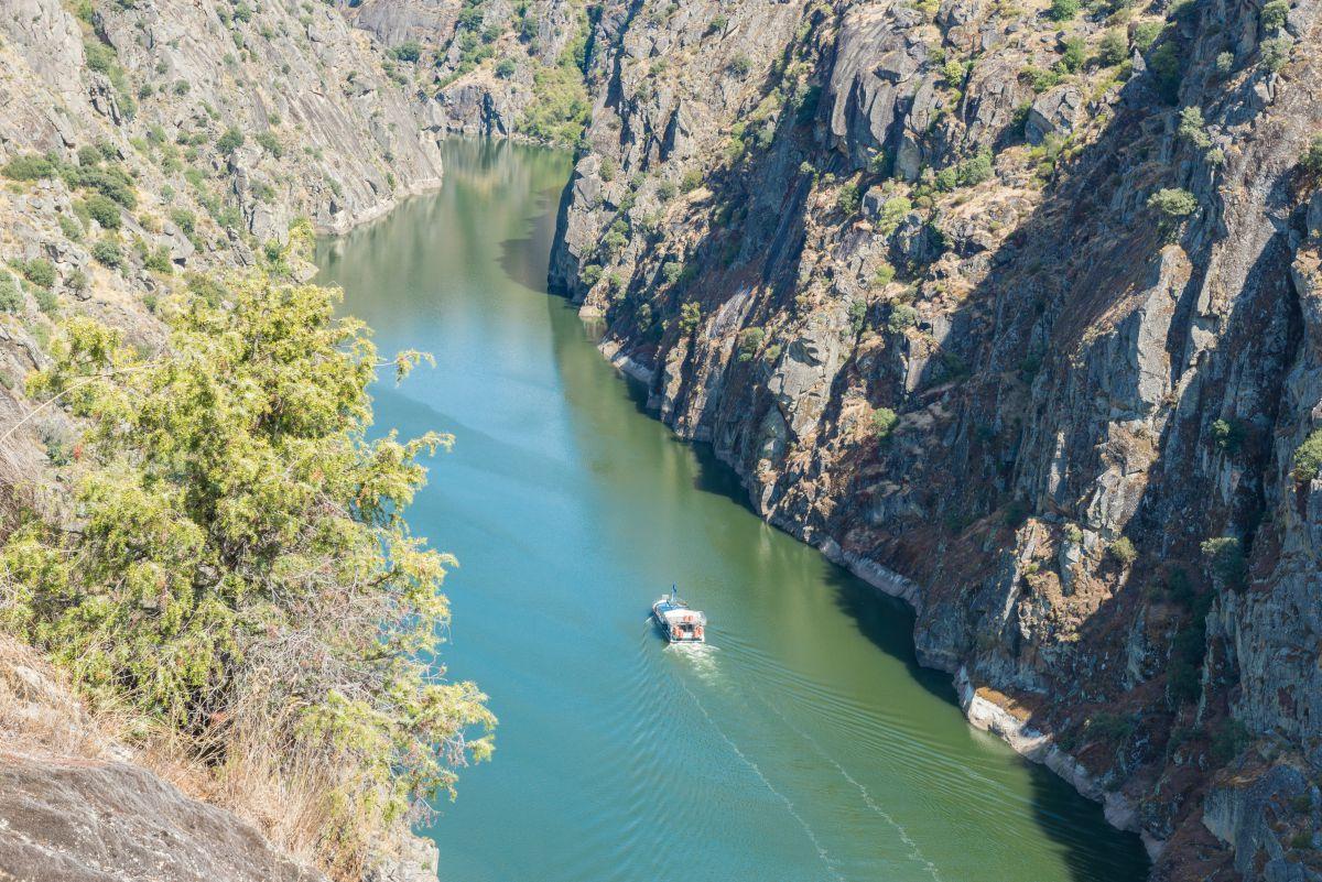 Navegando por el cauce del Duero. Foto: Shutterstock.