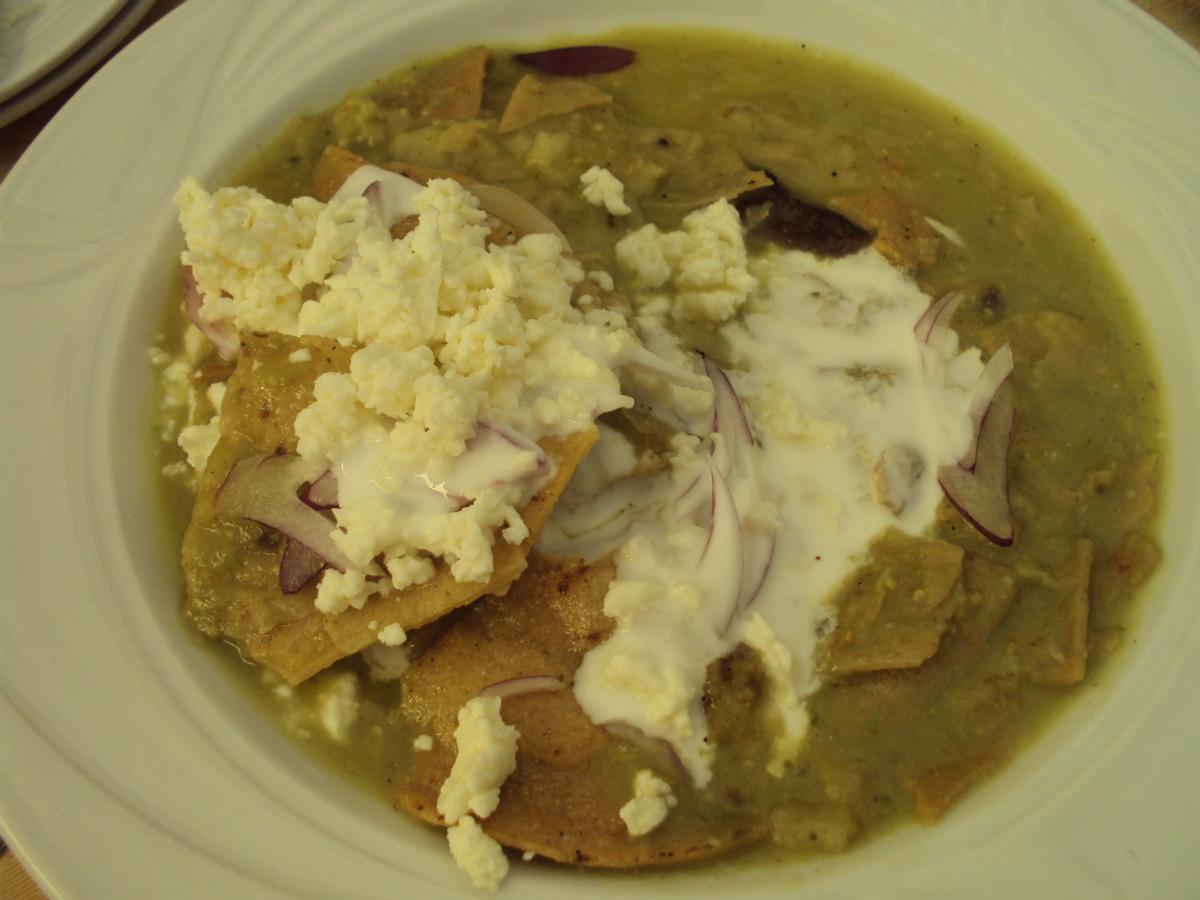 Chilaquiles mexicanos (tortillas de maíz en trozos recién fritas) con salsa de tomatillo verde, bien picante, con los que no puede faltar la crema de leche. Es uno de los mejores desayunos del mundo, una delicia. Foto: R.T.