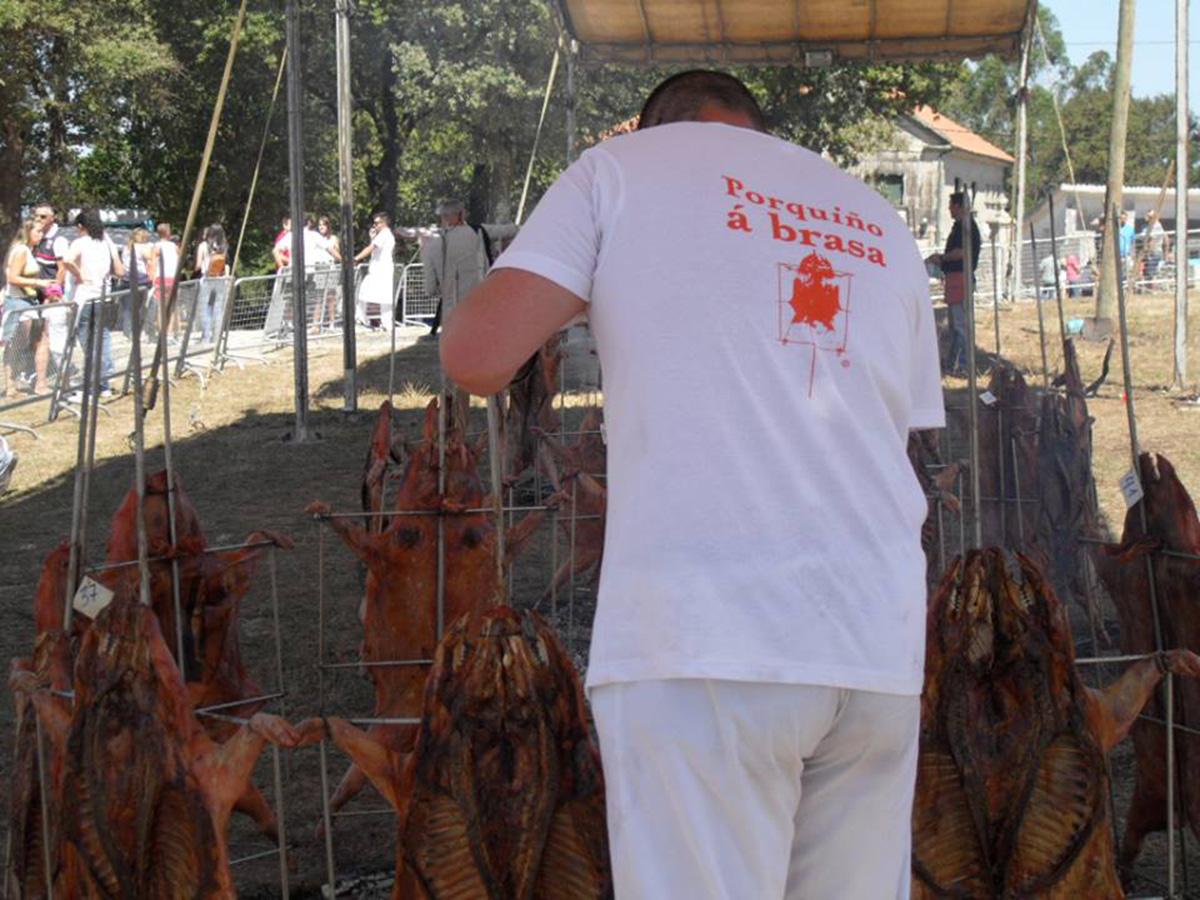 Hombre asando carne