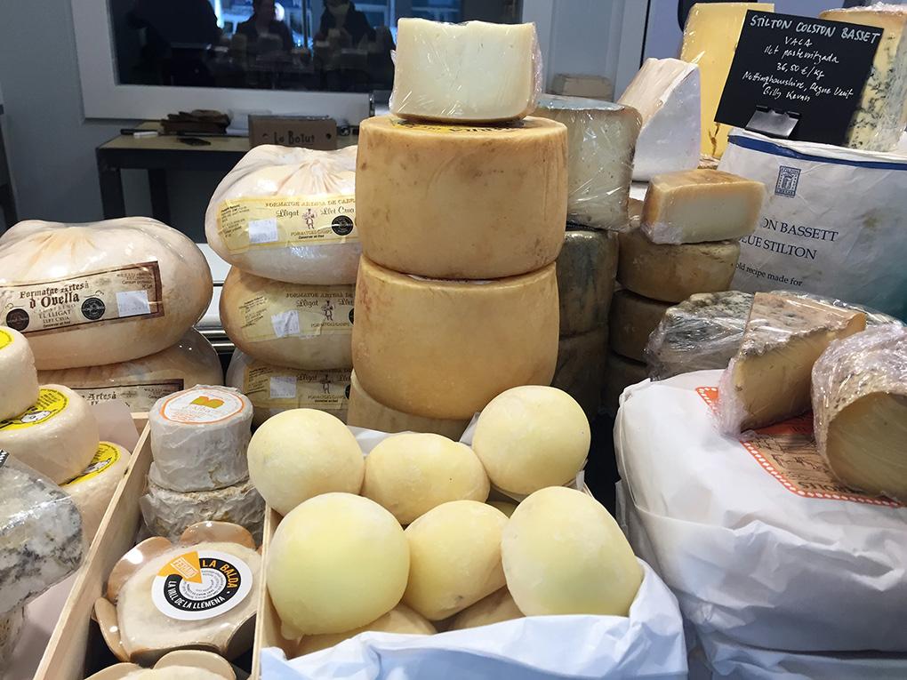 En la quesería hay más de cincuenta variedades.