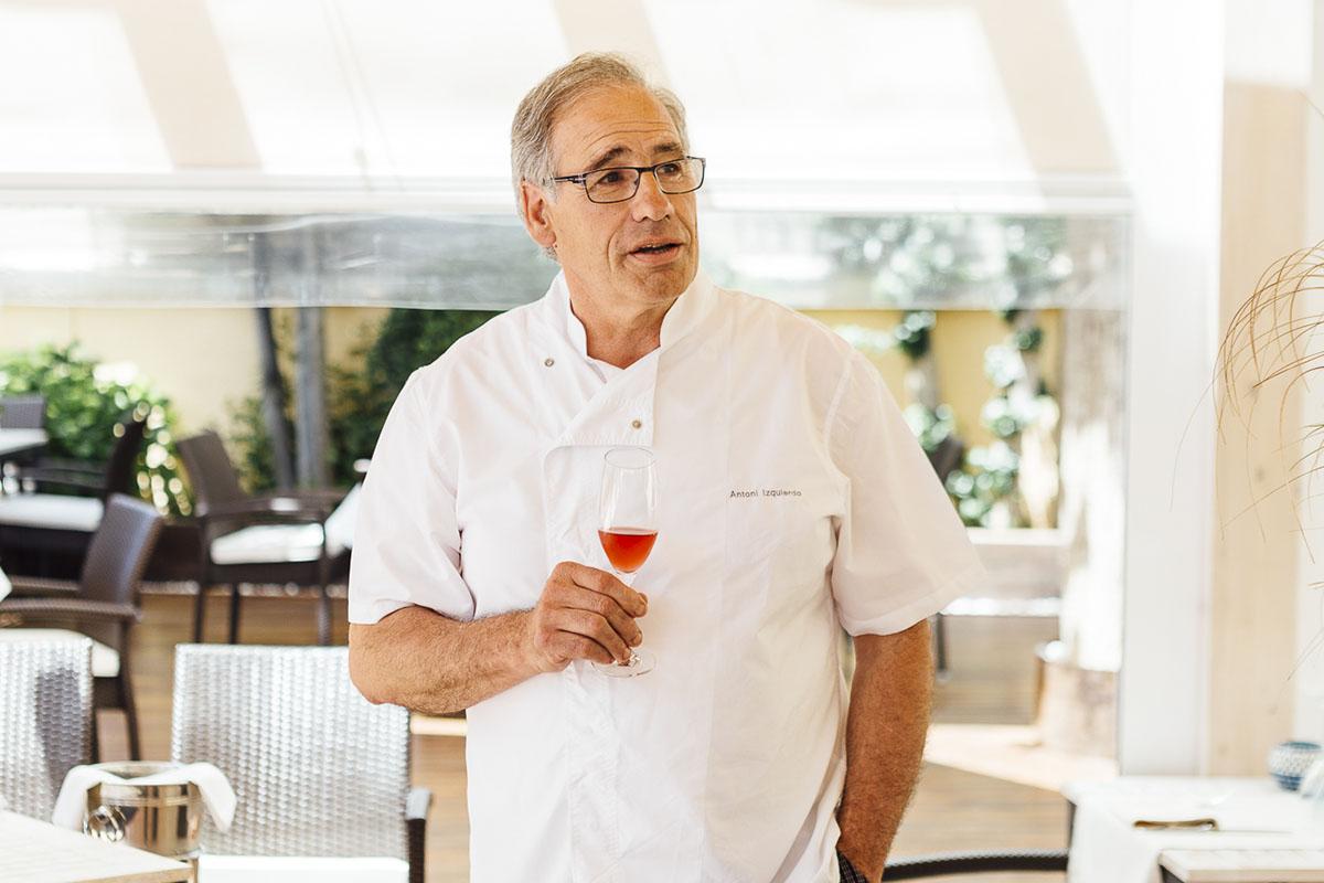 Antoni Izquierdo se hizo con las riendas del restaurante de su madre, que con 91 años sigue cocinando.