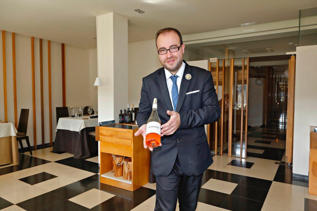Diego Muñoz suele amenizar las comidas con su gran conocimiento sobre el mundo de los vinos.