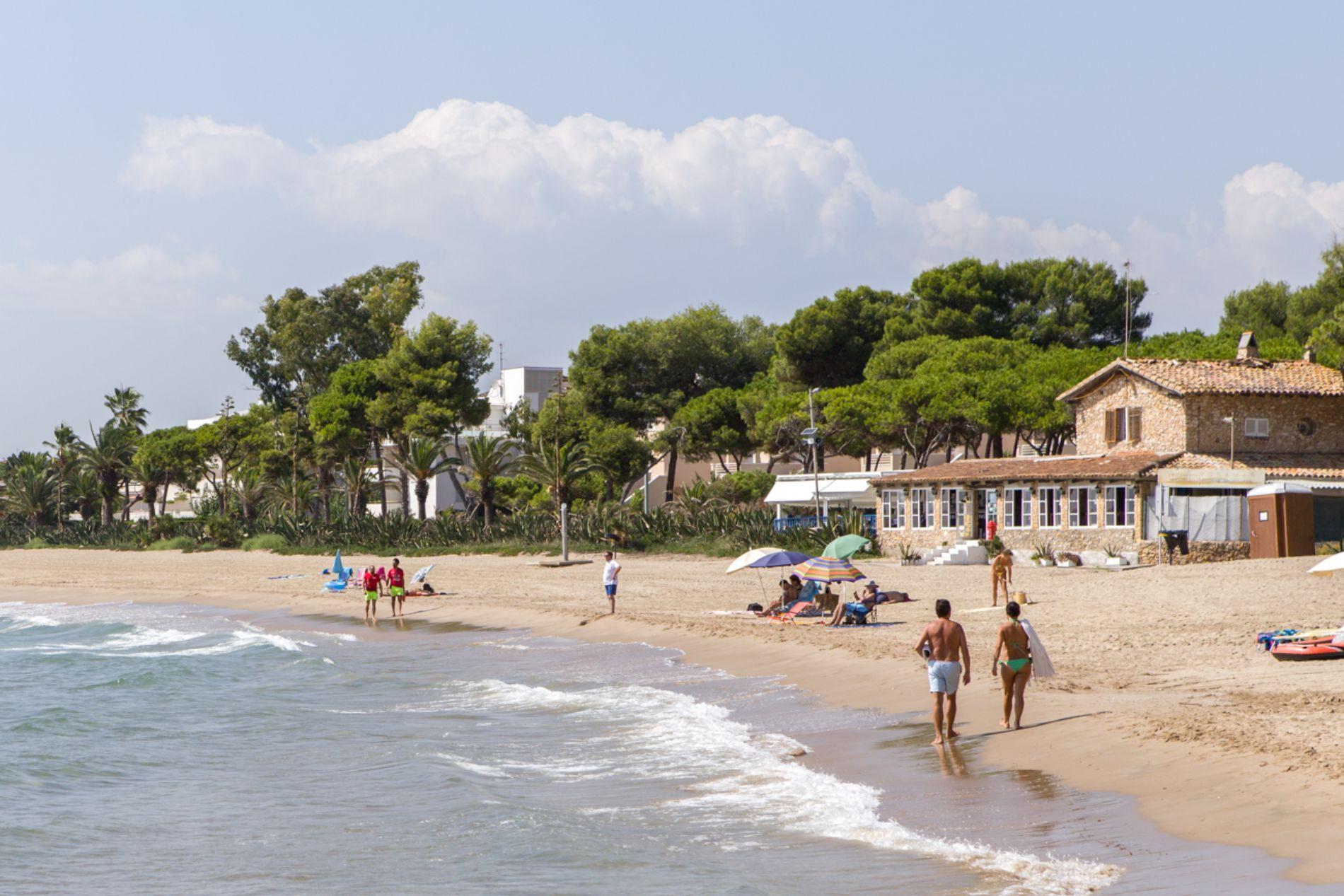 En la playa, el restaurante 'Voramar' (al fondo) especializado en paellas.