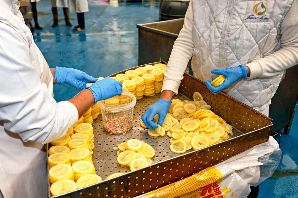 Las semillas del limón se retiran de manera manual.