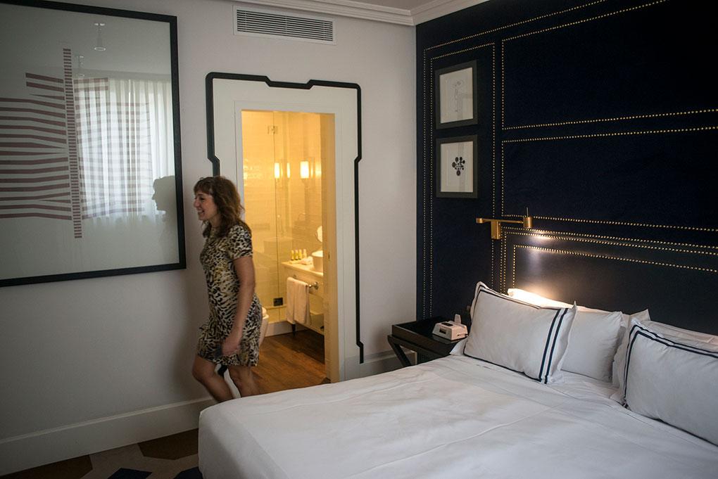 En las habitaciones se esfuma el aroma ibicenco, dando paso a un estilo más british acorde con el palacete