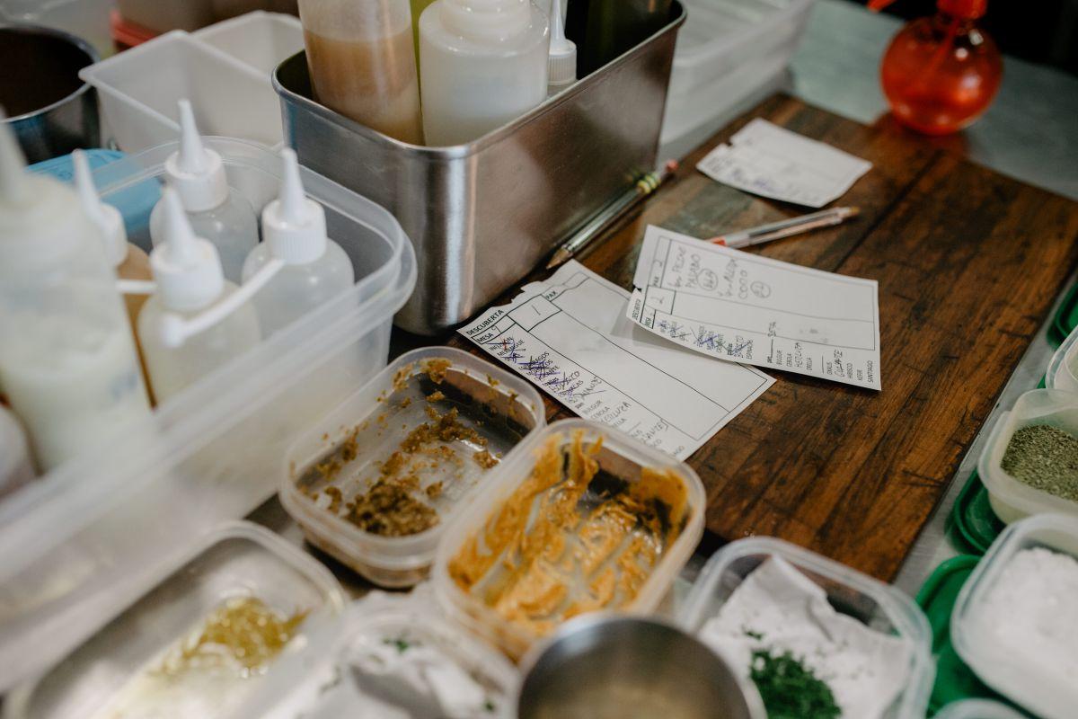 Vista de las comandas y la mesa donde se emplatan muchos de los platos del restaurante 'Culler de Pau', en O Grove, Pontevedra.