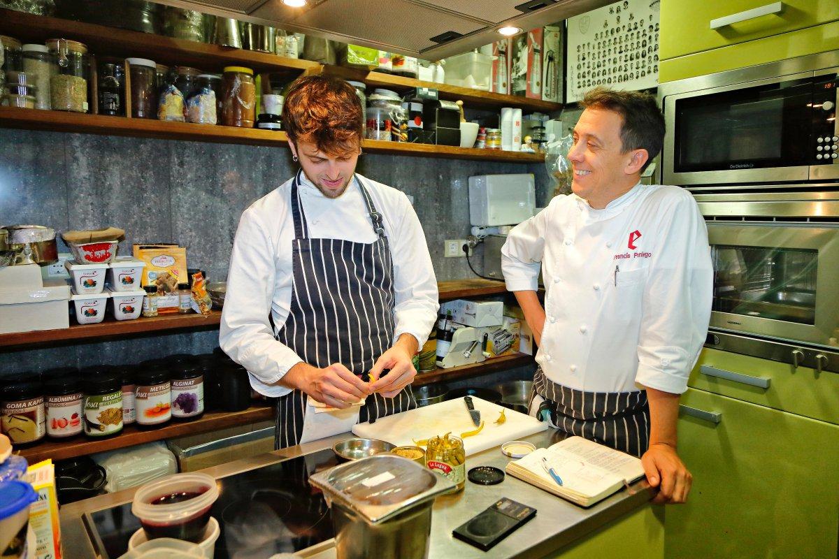 Restaurante 'El Portal de Echaurren'. Francis Paniego junto a Pol Contreras, responsable del taller de creatividad