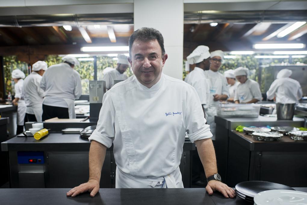 Martín Berasategui en las cocinas de 'Lasarte'. Foto: Sofía Moro.