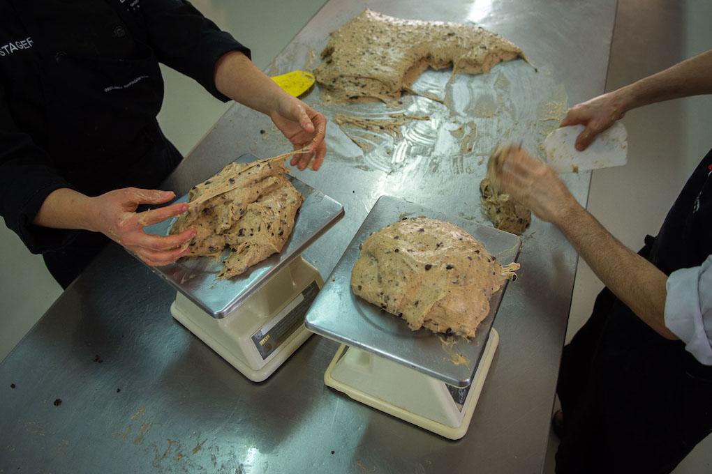 La masa se pesa una vez lista para asegurarse que los panettones son de un kilo.