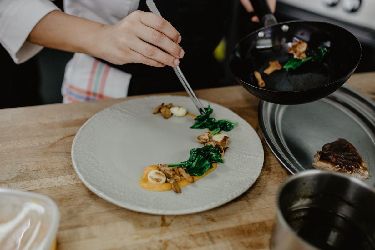 La paletilla de cordero asada y lacada lleva calabaza, espinacas, ñoquis y setas de temporada.