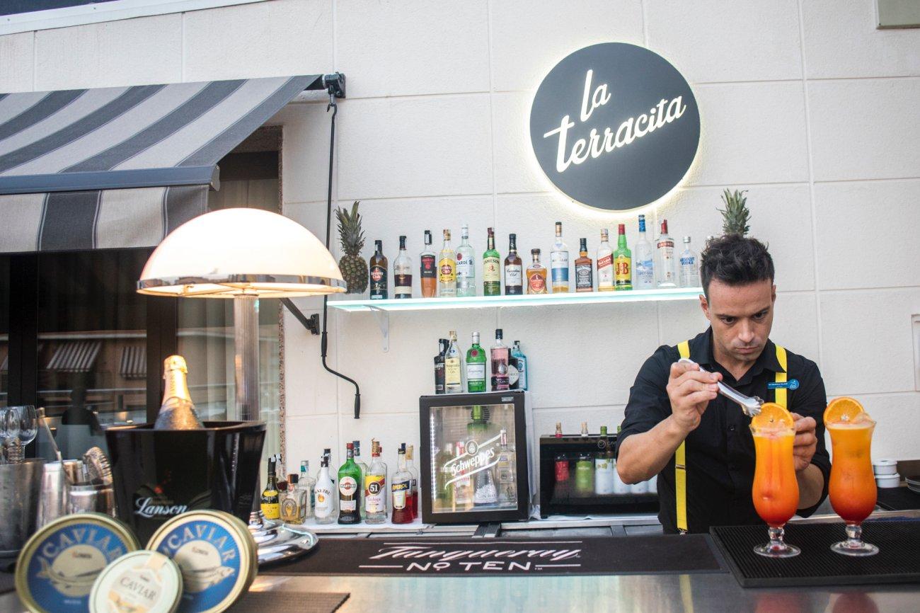 Azotea 'La Terracita del SH Valencia Palace': bartender preparando un cóctel (2)