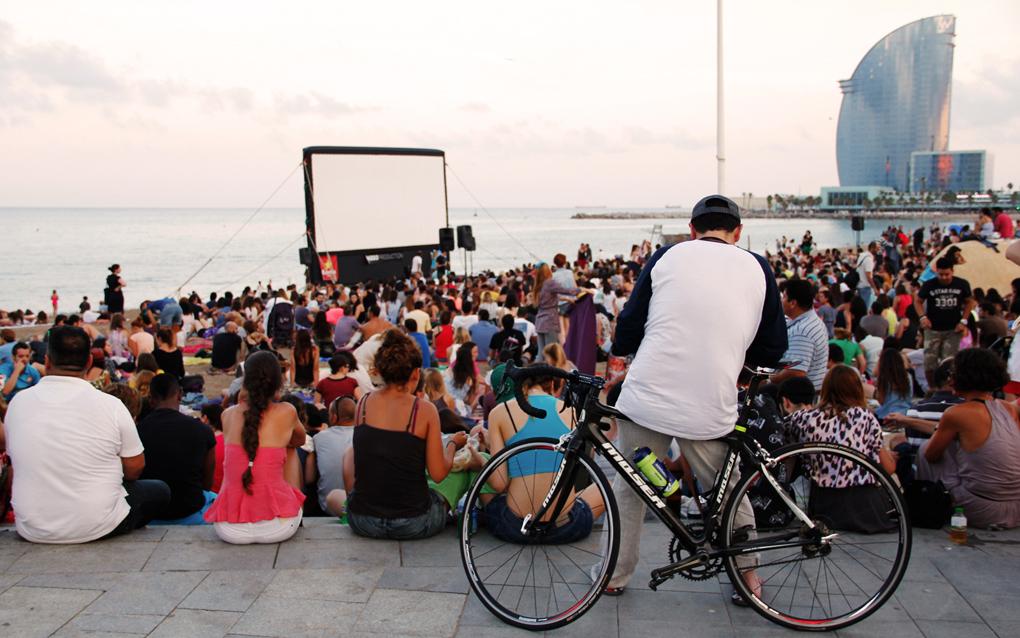 Cine independiente en la playa de la Barceloneta. Foto: Joaco Barcala (permisos cedidos por Cinemalliure a guiarepsol.com)