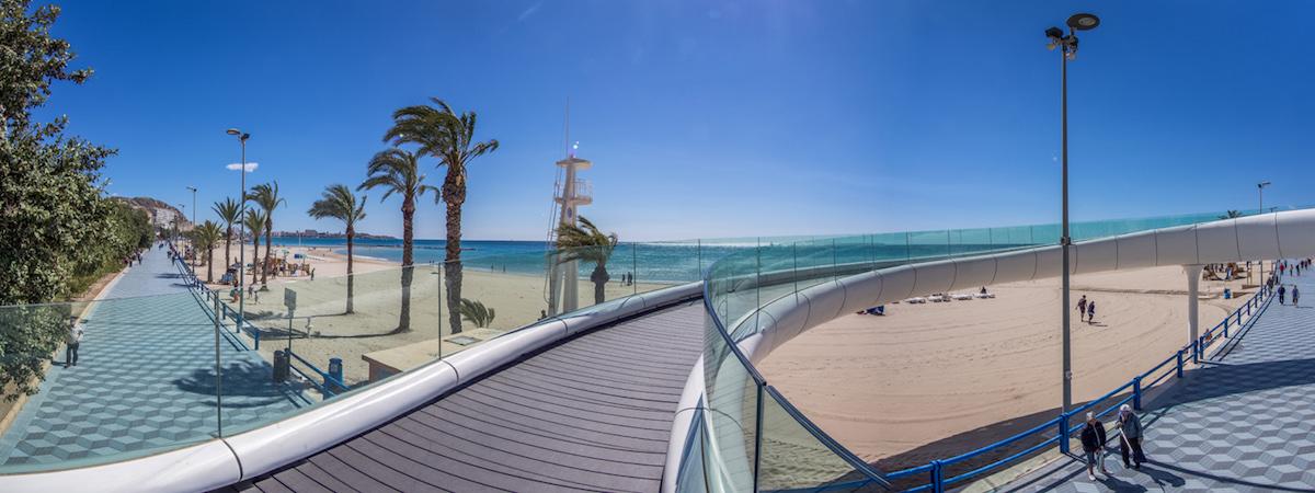 Playa del Postiguet y pasarela. Foto: Turismo de Alicante.