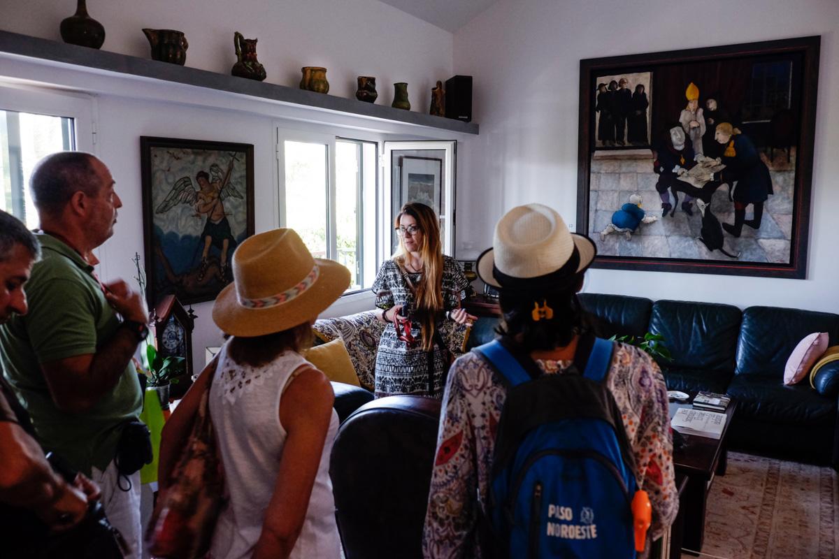 En el salón, destaca una obra del pintor portugués Santa-Bárbara de la serie que realizó sobre Memorial del convento.