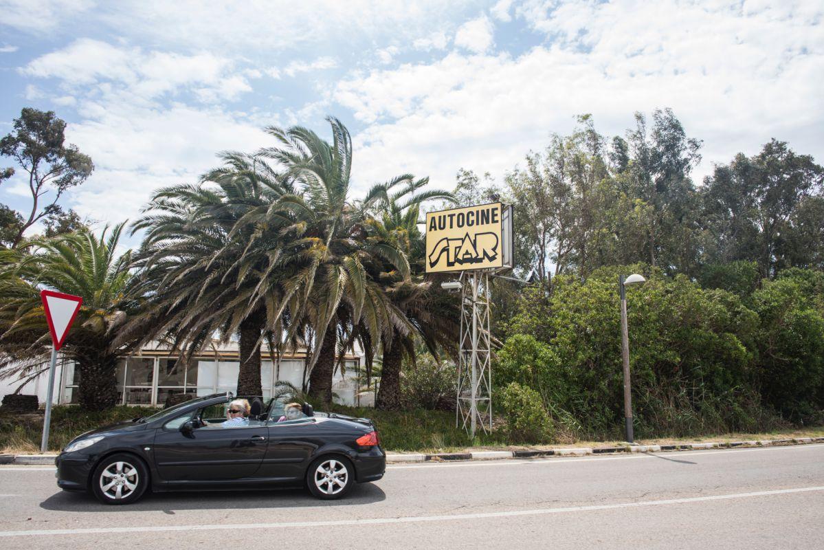 Un coche pasa junto al autocine de El Saler (Parque Natural La Albufera, Valencia).
