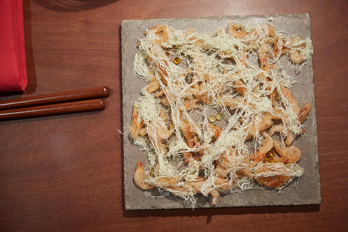 El sakura-ebi en red, una suerte de camarones que se aconseja comer con las manos.