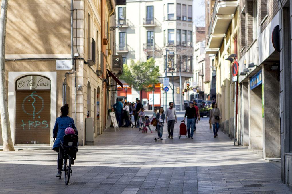 Paseando por la calle Mayor de Sarrià.