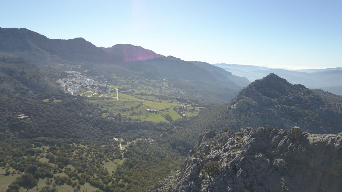 En la Sierra de Cádiz podemos recorrer pintorescas localidades de casas encaladas, como Benaocaz.