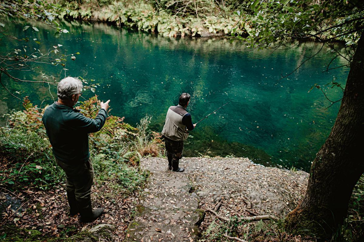 Alberto y Miguel nos enseñan cómo se pesca en una de las salidas de cemento construidas para gusto de Franco.