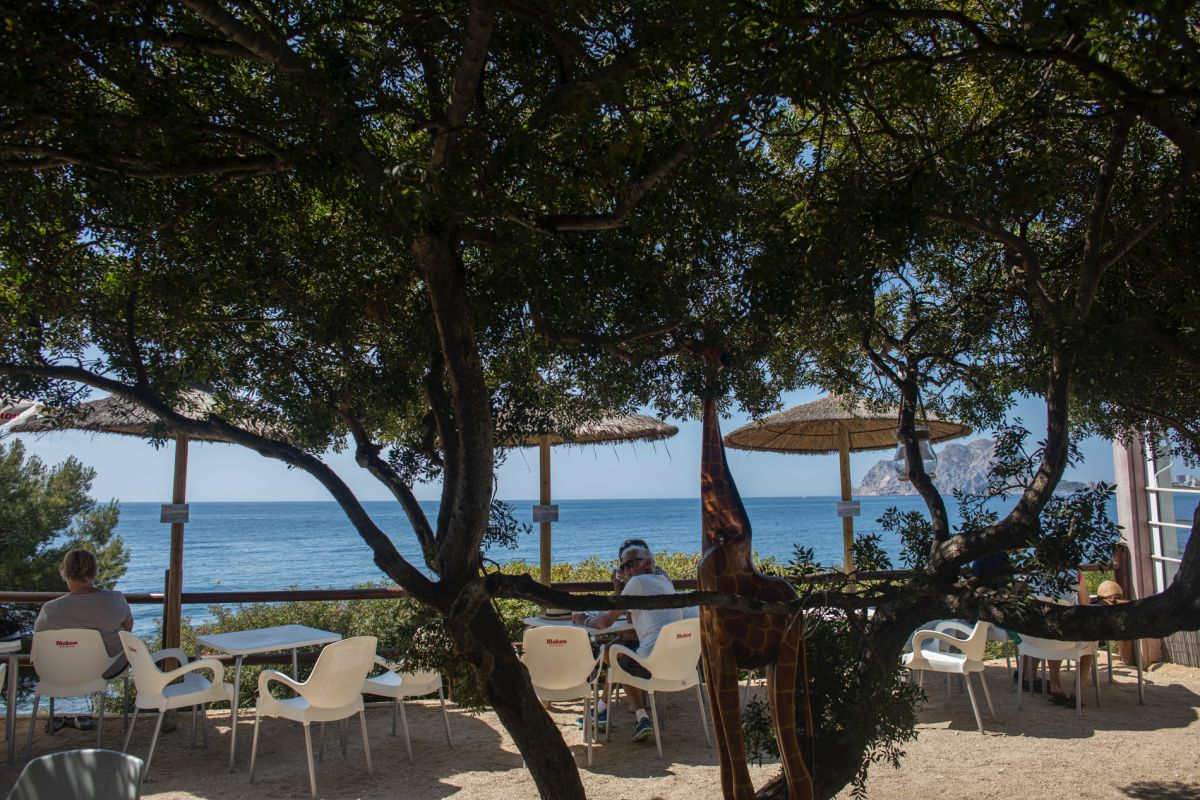 Vista del chiringuito Baladrar Beach Bar, en la cala Caladrar, Benissa, Alicante.
