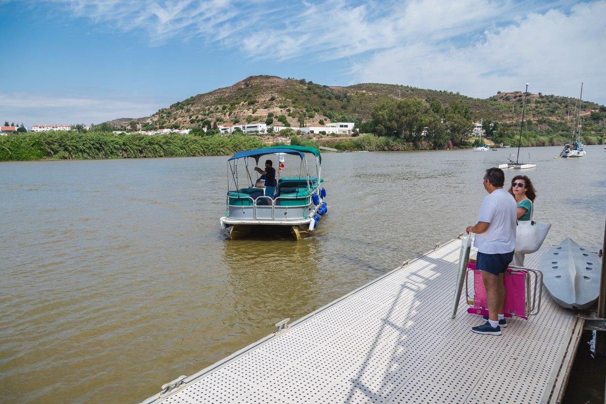 Hay ferrys continuamente para cruzar entre España y Portugal, y el salto en tirolina incluye el viaje de vuelta a España en el precio.