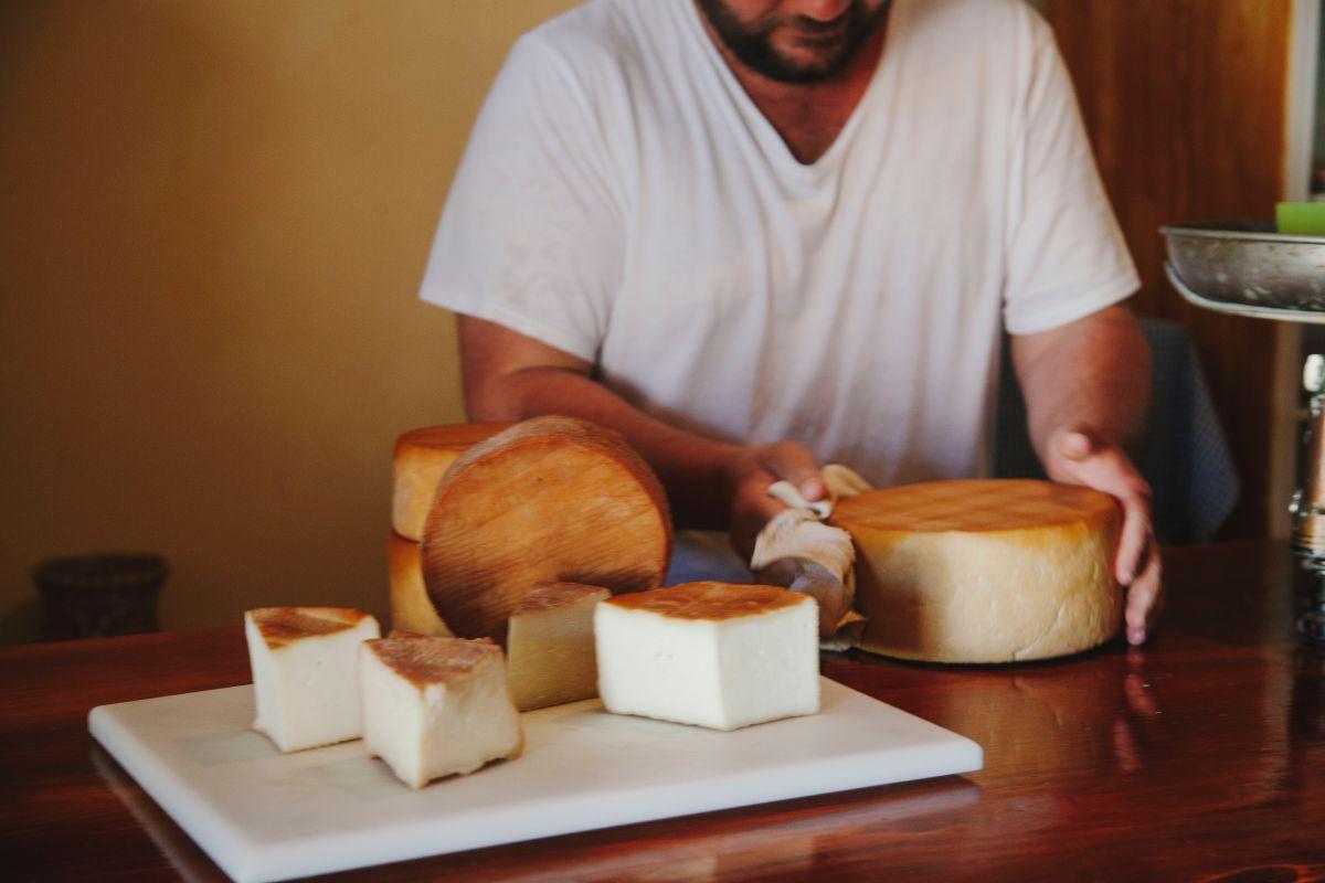 Cortando un queso de cabra de Naturteno, en el parque rural Teno, de Tenerife.