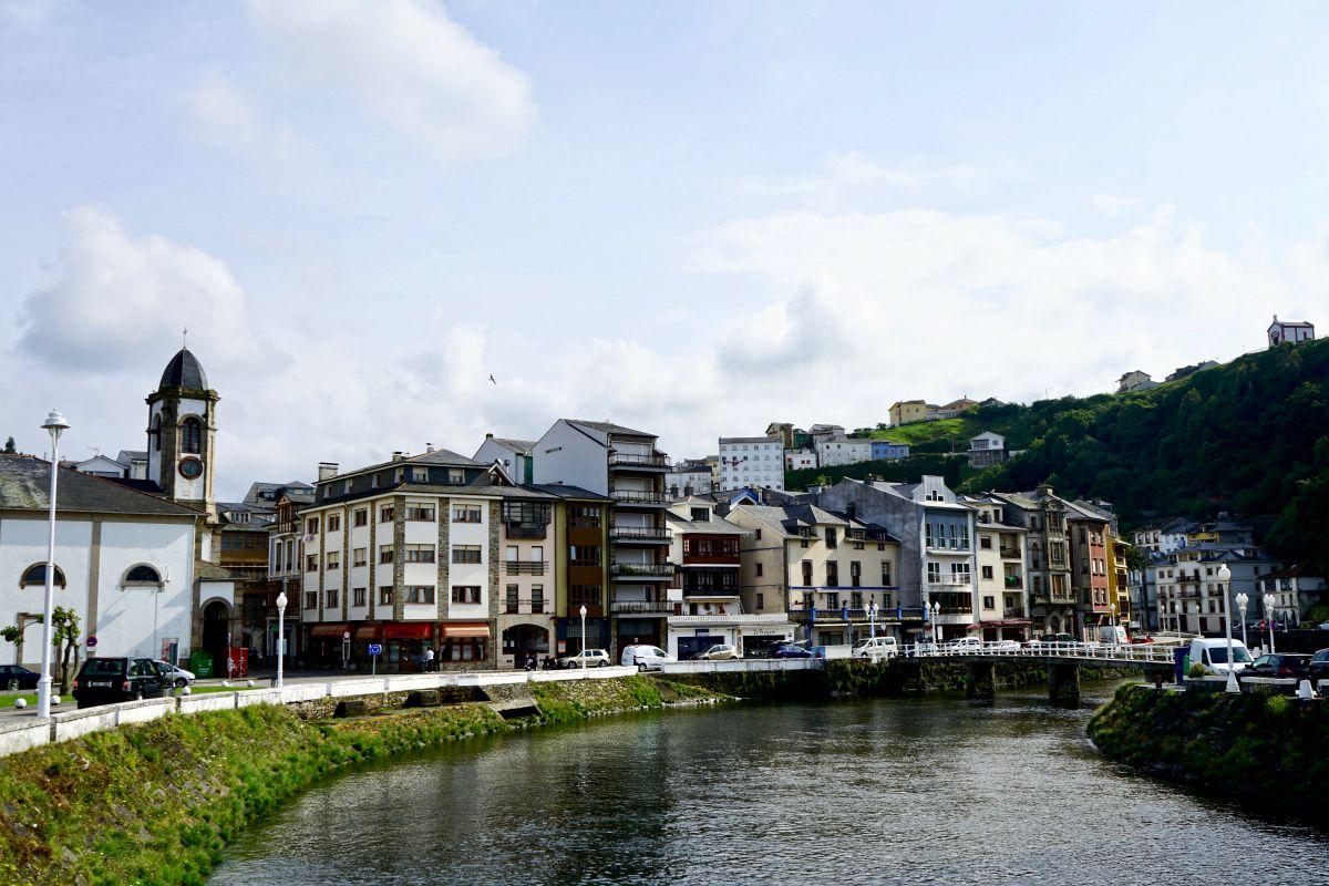 Vista del río Negro en Luarca, Asturias.