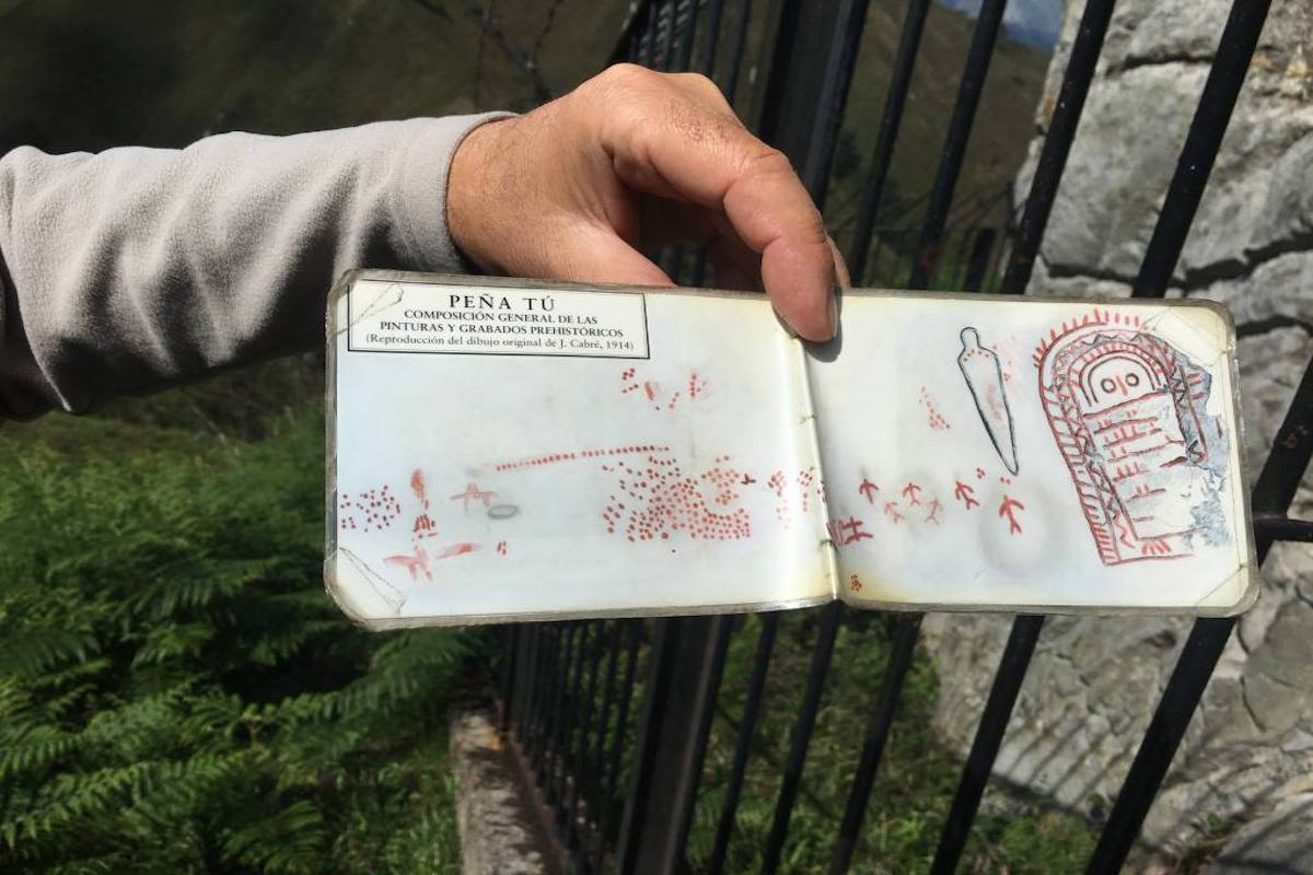 Esteban explica la magia del lugar con libreta en mano. Foto: Ana Cañil.