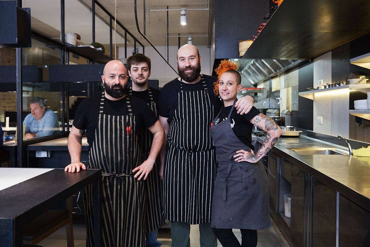 El chef Alberto Sambinelli con todo su equipo de cocina en el restaurante Hetta, Barcelona.