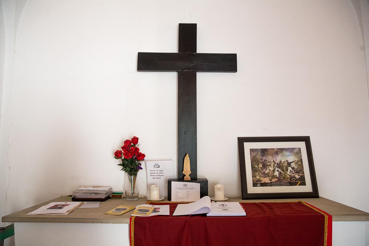 Vista del altar de la ermita del cementerio de La Florida, con el libro de firmas, en Madrid.