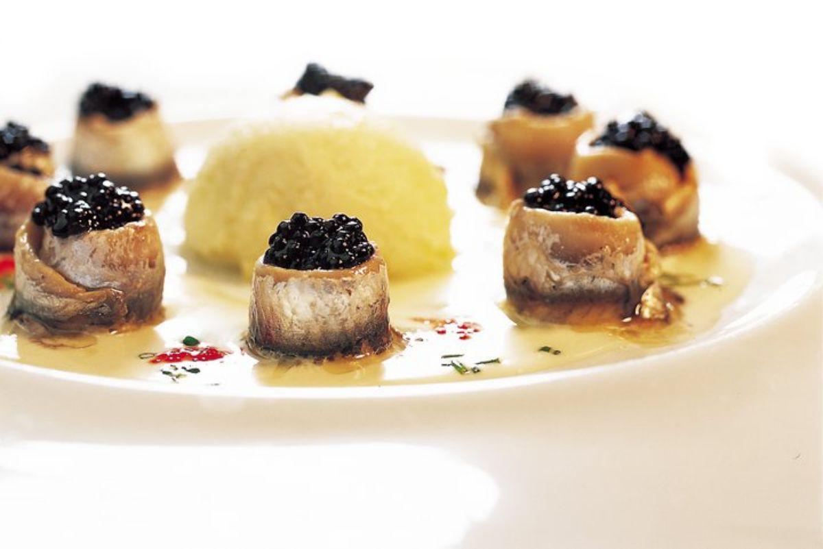 Sardinas marinadas rellenas de huevo de arenque con helado de aceite de oliva de 'Casa Toni'. Foto: Facebook.