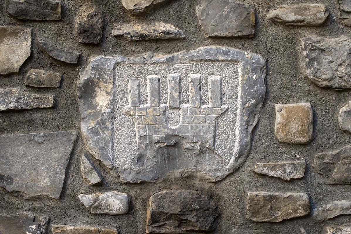 Escudo de Torla, la torre y las cuatro barras del Reino de Aragón.