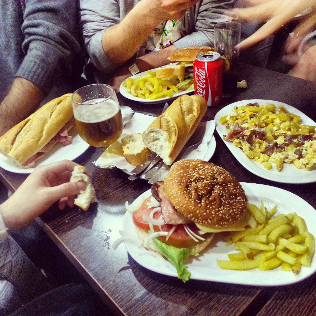 Bocatas y hamburguesas en el Bar Iberia (para cuando hay hambre de verdad). /Foto: Instagram.