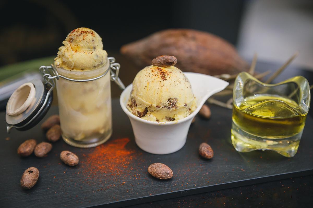 Tarrina de helados con aceite de oliva