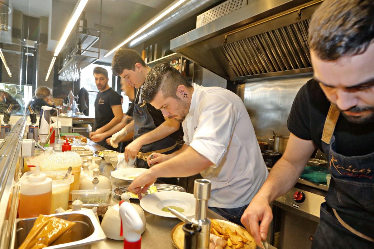 Carlos concentrado en su cocina de 'Raíces'.