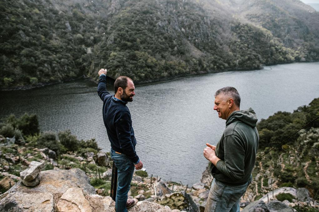Carlos y Manolo, artífices del proyecto, contemplando los escarpados cultivos en 'Finca Lobeiras'.