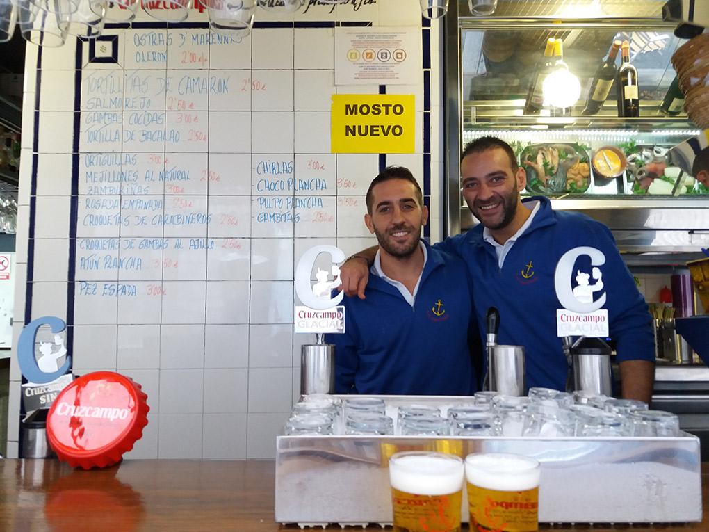 Hermanos y compañeros, en el Bar La Cantina. Foto: Mamadú Dabó,
