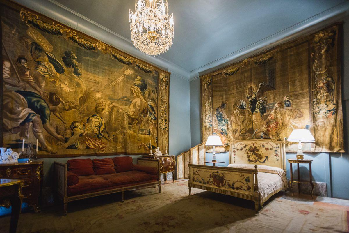 El estilo Luis XV y su gusto por los dorados inunda el Dormitorio Francés.